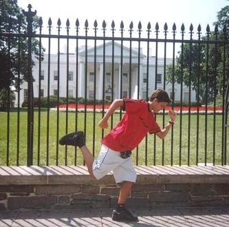 Aitor Agirregabiria ante la Casa Blanca, días nates del 11-S de 2001. Clic para sobrevolar las torres gemelas con él,...